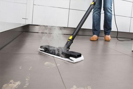 Bodendüse wischt Küchenboden