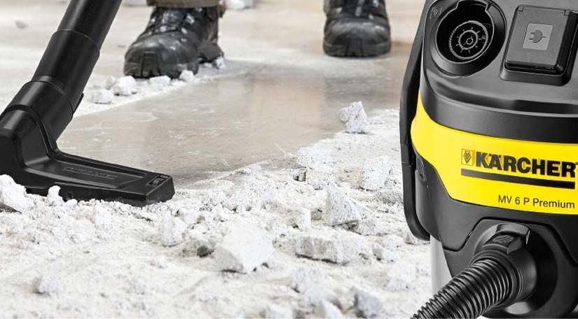 Kärcher Mehrzwecksauger saugt Baustellenschmutz.