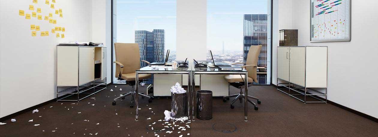 Bürogebäude mit Schreibtisch, zum Teil sauber und geordnet.