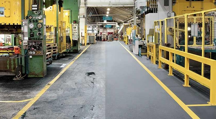 Produktionshalle mit Maschinen und Büroplatz.
