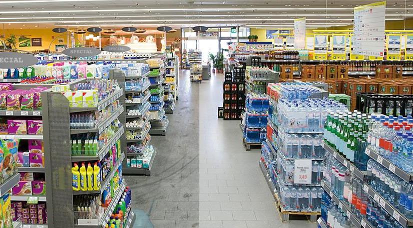 Supermarkt mit Getränkeabteilung und Reinigungsbedarf.