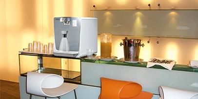 Kompakter Wasserspender zur Selbstbedienung im Hotel