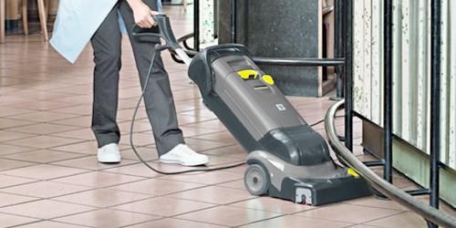 Fußboden mit Scheuersaugmaschine reinigen